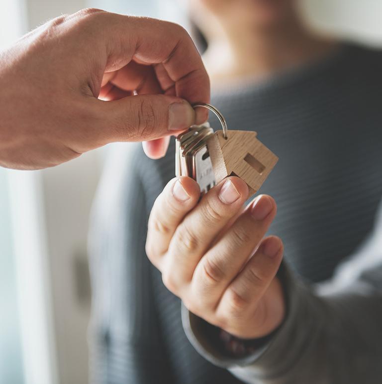 klucze przekazywane z dłoni do dłoni